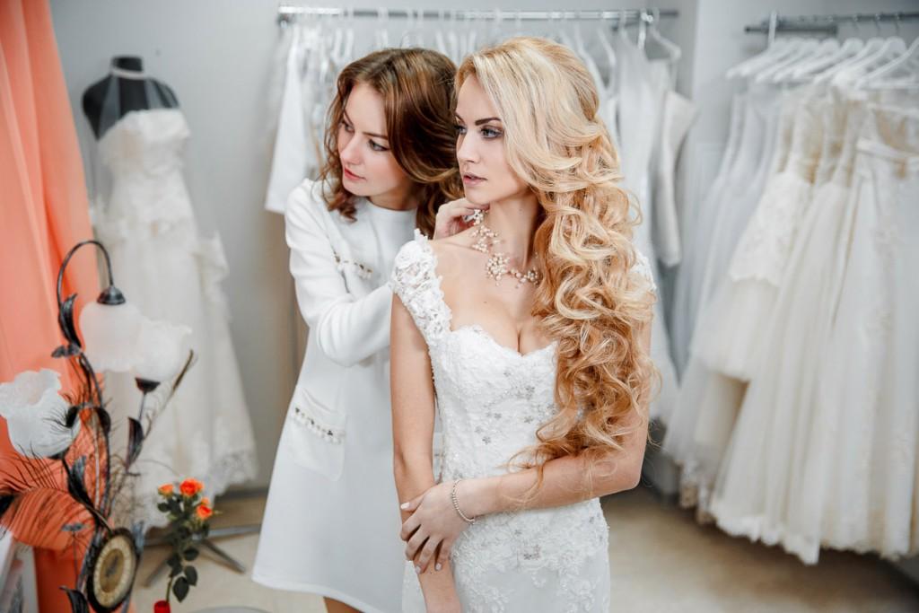 Свадебный салон Артемида. Примерка свадебного платья