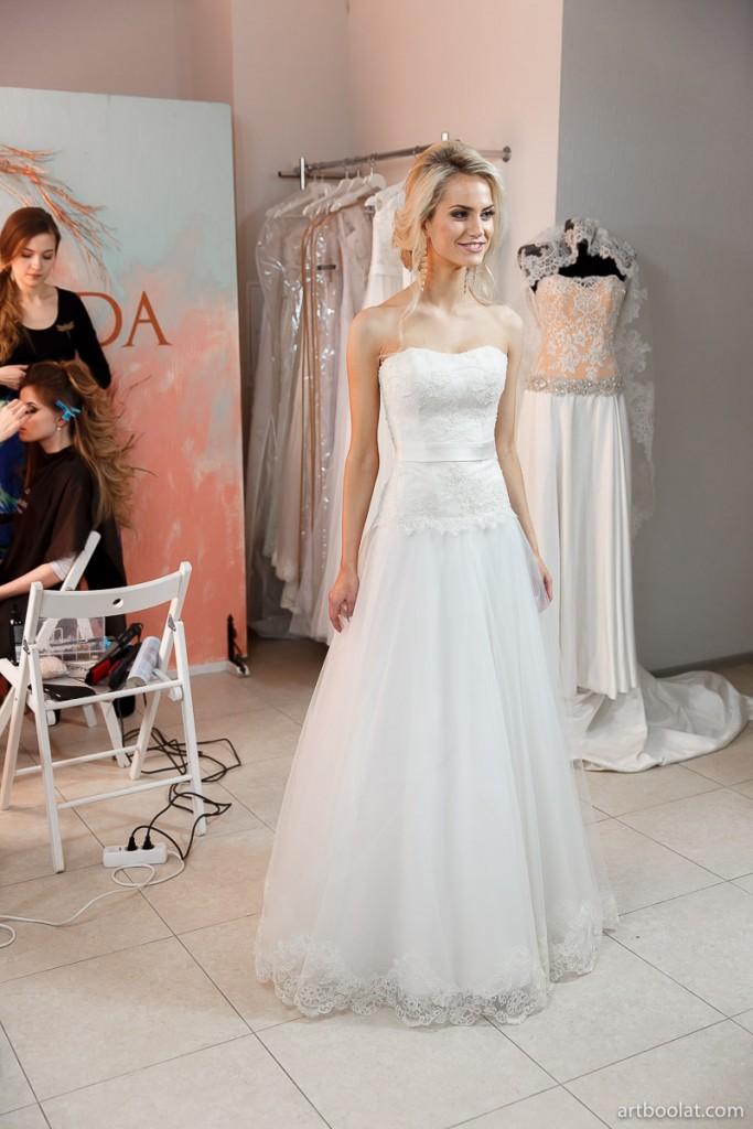 Демонстрация свадебных платьев на мероприятии для невест