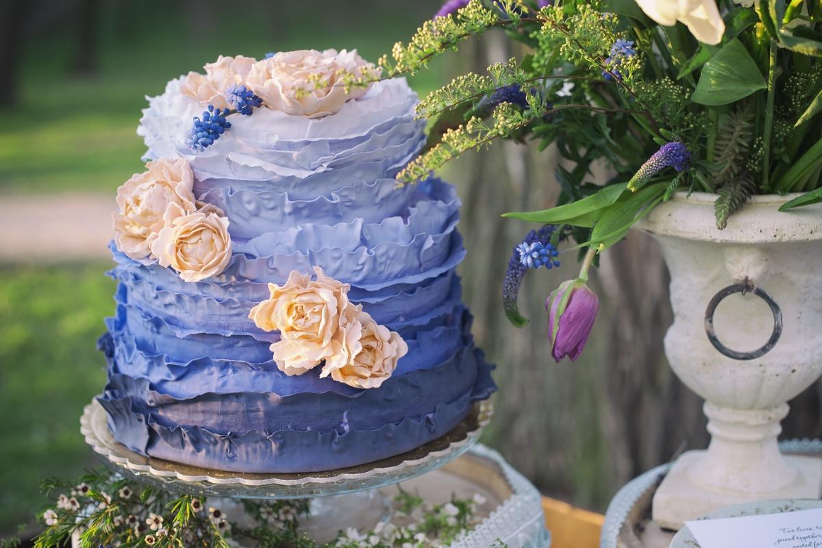 Свадебный торт с синими цветами фото